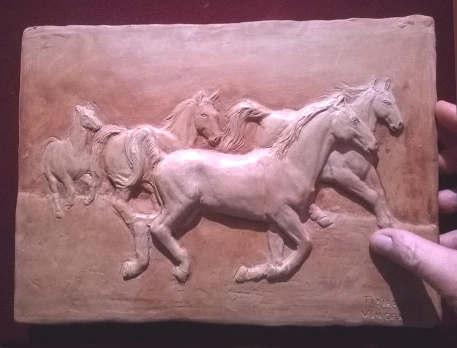 bassorilievo di cavalli in scultura